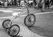 Una metà d'annata del triciclo dei bambini secondo XX del secolo fotografia stock libera da diritti