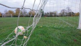 Una meta anotada en la parte posterior de la red del fútbol Imagen de archivo libre de regalías