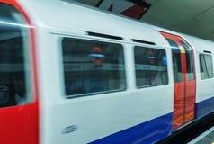 Una metropolitana nel moto che arriva ad un treno sotterraneo di Londra immagini stock libere da diritti