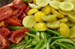 Una mezcla de ensalada cruda de las verduras en estilo decorativo Fotografía de archivo