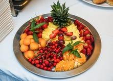 Una mezcla de fruta fresca, adornada en un cuenco de tabla Imagenes de archivo