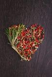 Una mezcla de pimientas (rojo, blanco, negro) Imagenes de archivo