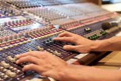 Una mezcladora de audio análoga Imagen de archivo
