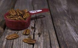 Una mezza tazza delle mandorle naturali crude Fotografie Stock Libere da Diritti