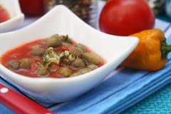 Una minestra fresca dei pomodori con i capperi fotografie stock libere da diritti