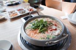 Una minestra piccante è servito durante la cena fotografie stock