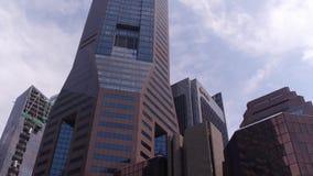 Una mirada de debajo en los rascacielos almacen de video