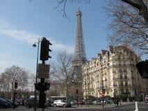 Una mirada en la torre Eiffel del lado de las calles de París imagen de archivo