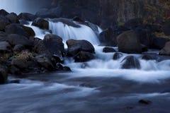 Una mirada en una cascada en el valle Gjáin Fotos de archivo libres de regalías