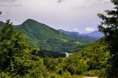Una misma hermosa vista de la belleza natural Una vista de los paisajes y una parte de una pequeña ciudad de la montaña desde arr imagen de archivo