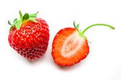 Una mitad y una enteras de la fresa fresca y madura aislada Foto de archivo