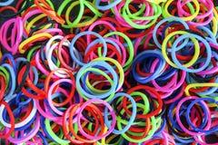 Una moda colorida de las gomas del telar del arco iris del fondo foto de archivo libre de regalías