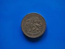 Una moneda de GBP de la libra, Reino Unido Reino Unido sobre azul Fotos de archivo libres de regalías