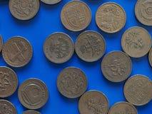 Una moneda de GBP de la libra, Reino Unido Reino Unido sobre azul Foto de archivo libre de regalías