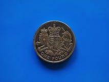Una moneda de GBP de la libra, Reino Unido Reino Unido sobre azul Imágenes de archivo libres de regalías