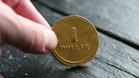 Una moneda de oro del dólar, dinero o idea de la renta almacen de metraje de vídeo