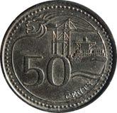 Una moneda del cincuenta-centavo de Singapur ofrece adorno de la León-cabeza, el puerto de Singapur, y la denominación, aislada e imagen de archivo