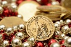 Una moneda del dólar con la pila de monedas de oro Fotografía de archivo libre de regalías