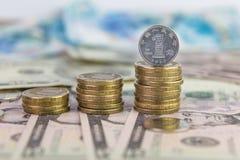 Una moneda del yuan que se coloca en una pila de monedas Fotos de archivo libres de regalías
