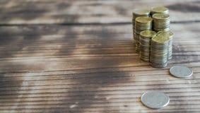 Una moneda es un pedazo de metal pequeño, plano, redondo o plástico usado sobre todo como medio del intercambio o de la moneda de imagen de archivo libre de regalías