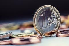 Una moneda euro en el borde Moneda euro del dinero Monedas euro apiladas en uno a en diversas posiciones Fotos de archivo libres de regalías