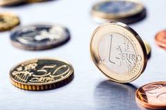 Una moneda euro en el borde Moneda euro del dinero Monedas euro apiladas en uno a en diversas posiciones Foto de archivo libre de regalías