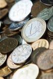 Una moneda euro en monedas de las rublos rusas Imagen de archivo libre de regalías