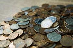 Una moneda euro en monedas de las rublos rusas Foto de archivo