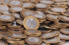 Una moneda real/moneda brasileña en el fondo blanco Foto de archivo