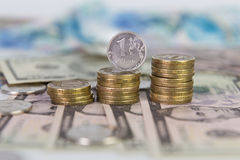 Una moneda reble que se coloca en una pila de monedas Imagen de archivo libre de regalías