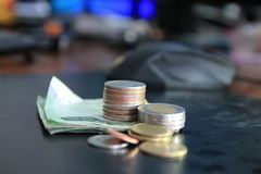 Una moneta è un grafico in un fondo bianco Le idee di affari aggiungono una colonna al vostro risparmio idea di concetto di attiv Fotografie Stock Libere da Diritti
