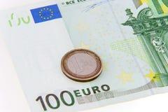 Una moneta che salva cento euro - concetto Immagini Stock Libere da Diritti