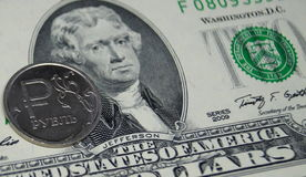 Una moneta con un segno della rublo riposa su una banconota da due dollari Immagine Stock Libera da Diritti