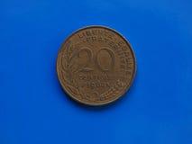una moneta da 20 centesimi, Francia sopra il blu Fotografie Stock Libere da Diritti