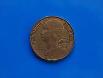 una moneta da 20 centesimi, Francia sopra il blu Fotografie Stock