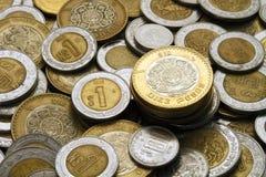 Una moneta dei dieci pesi messicani su un mucchio delle monete messicane Fotografia Stock Libera da Diritti