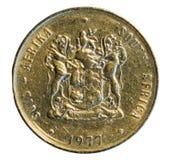Una moneta del bordo isolata su bianco La Sudafrica 1977 Immagini Stock