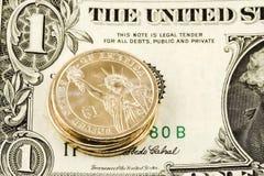 Una moneta del dollaro sulla nota Immagine Stock Libera da Diritti