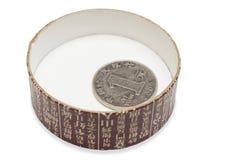 Una moneta del yuan nella protezione della scatola di il tè Fotografia Stock