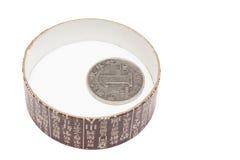 Una moneta del yuan nella protezione della scatola di il tè Immagini Stock Libere da Diritti