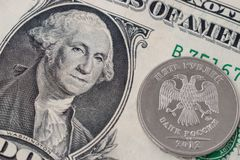 Una moneta della rublo su una banconota del dollaro Fotografia Stock Libera da Diritti