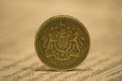 Una moneta di libbra sul giornale Fotografia Stock