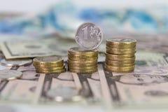 Una moneta reble che sta su una pila di monete Immagine Stock Libera da Diritti