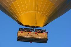 Una mongolfiera gialla fotografia stock libera da diritti