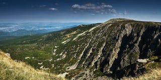 Una montaña con una cuesta de piedra escarpada foto de archivo