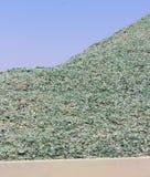 Una montaña de pequeños fragmentos del vidrio verde Imagen de archivo libre de regalías