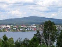 Una montaña lejana Sabik de Staroutkinsk del pequeño pueblo viejo Fotografía de archivo libre de regalías