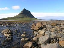 Una montaña por el océano Fotos de archivo libres de regalías