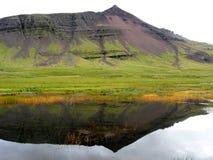 Una montaña reflejó en el agua Imágenes de archivo libres de regalías