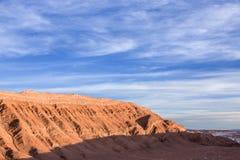 Una montaña rocosa agradable con un cielo azul hermoso se mezcló con las nubes durante puesta del sol Fotos de archivo libres de regalías